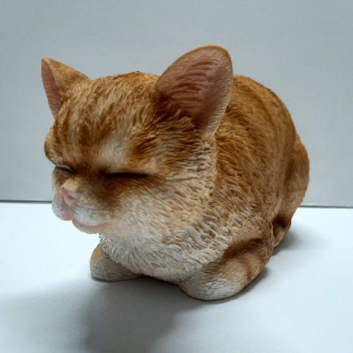 Beeldje rode kat liggend en slapend