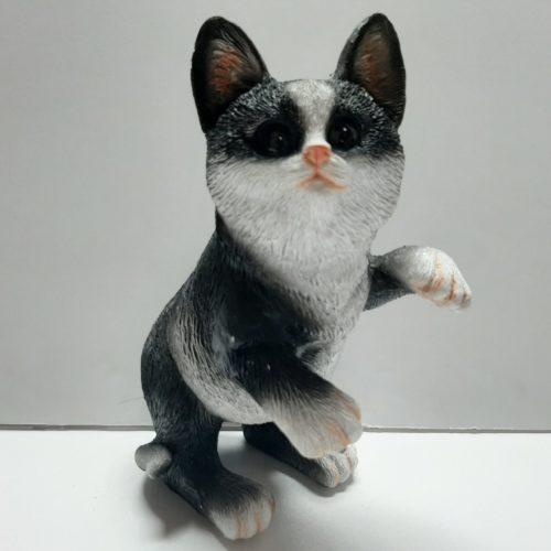 Beeldje staande, spelende kat zwart wit, levensecht