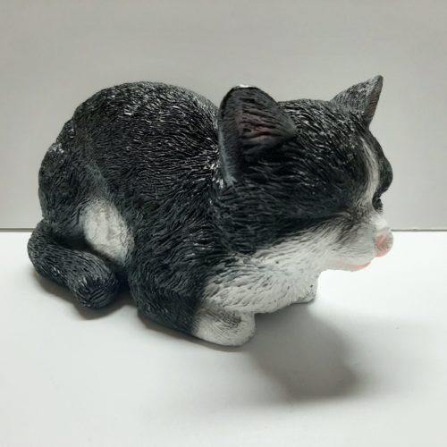 Beeldje zwart witte kat liggend en slapend