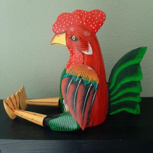 Fairtrade beeld kip van hout rood-groen met beweegbare poten en vleugels