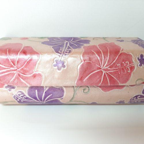 Fairtrade brillenkoker van leer met roze en lila bloemen