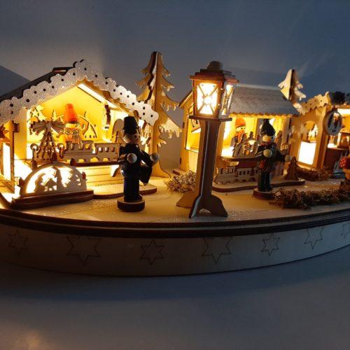 Handgemaakt houtsnijwerk tafereel kerstmarkt 45cm breed