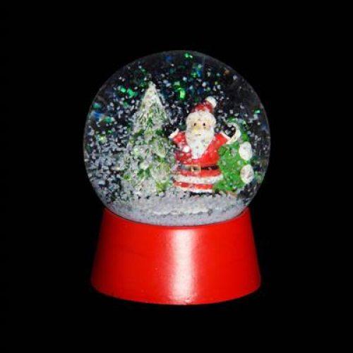 Sneeuwbol kerstman met kerstboom op rode voet