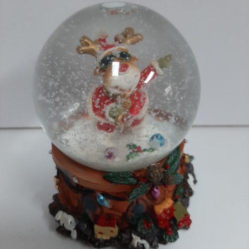 Sneeuwbol muziek rendier met kerstman pak en microfoon