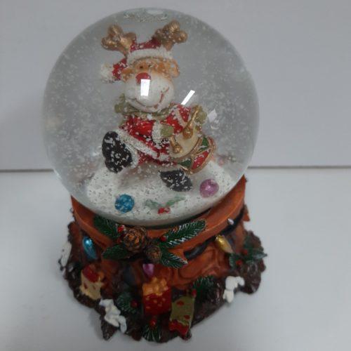 Sneeuwbol muziek rendier met kerstman pak en trommel