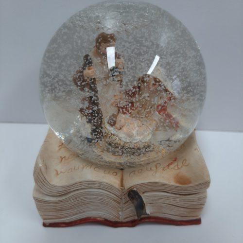 Sneeuwbol op bijbel met Jozef en Maria en kindje Jezus type A
