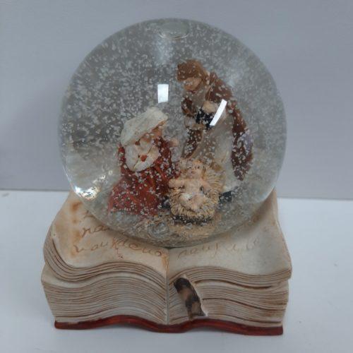 Sneeuwbol op bijbel met Jozef en Maria en kindje Jezus type B