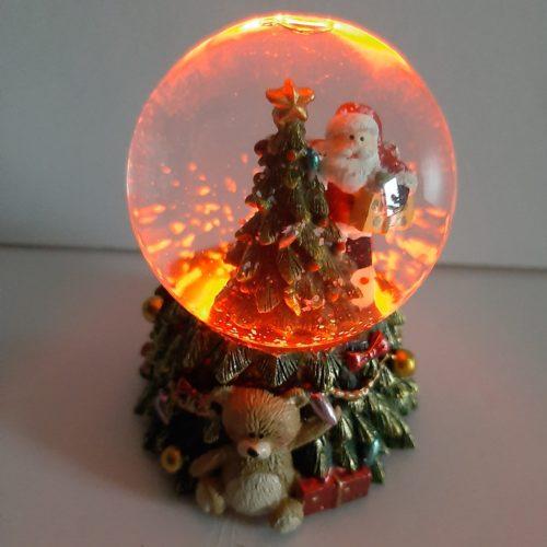 Sneeuwbol op kerstboom met led verlichting klein rechts