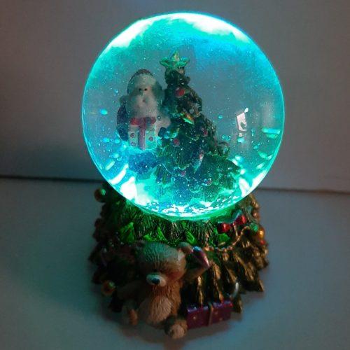 Sneeuwbol op kerstboom met led verlichting klein